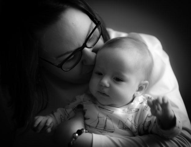 äiti  vauva äitiys mustavalkokuva lapsikuvaus